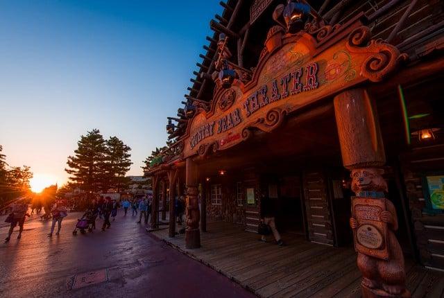 country-bear-theater-sunset-tokyo-disneyland