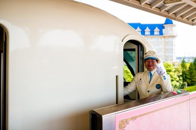 monorail-pilot-tokyo-disney-resort