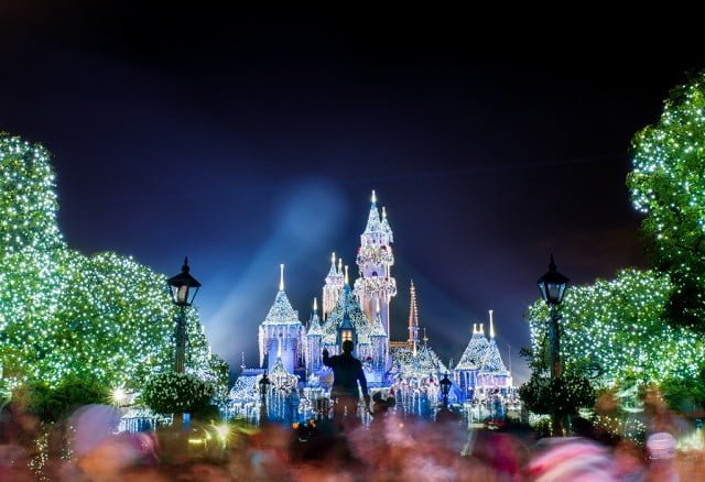 believe-holiday-magic-fireworks-disneyland-finale-snow