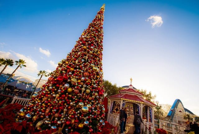 disney-california-adventure-paradise-pier-christmas-tree