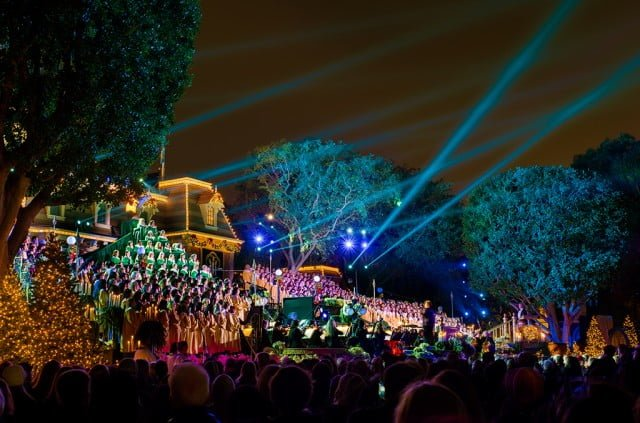 disneyland-candlelight-processional-wide-2