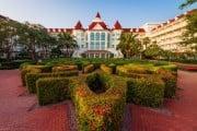 hong-kong-disneyland-hotel-maze-640x431