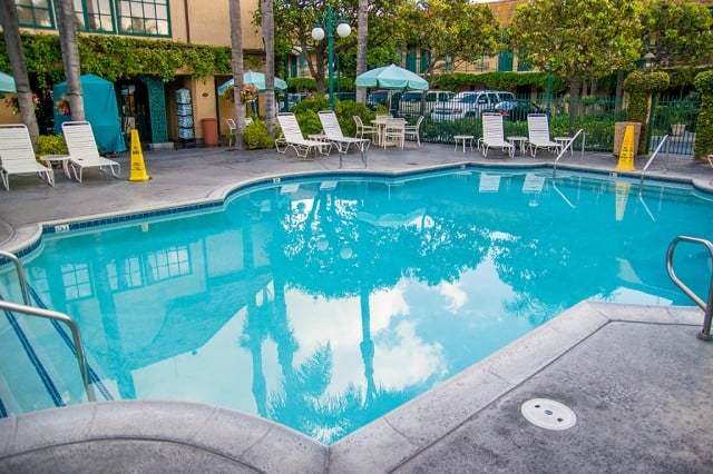 candy-cane-inn-disneyland-good-neighbor-hotel-pool