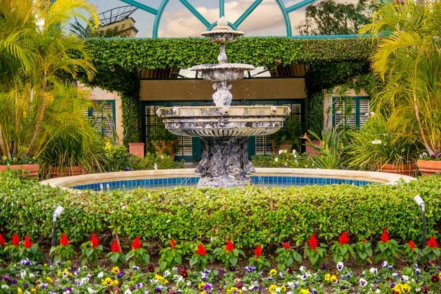 candy-cane-inn-disneyland-good-neighbor-hotel-garden