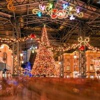 world-bazaar-tokyo-disneyland-christmas-crowd-cinderella-castle-M