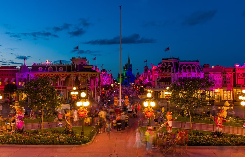 compare and contrast disneyland and disneyworld What are the similarities and differences between disney world and the layout of disneyland and walt disney world's magic kingdom are walt disney world.