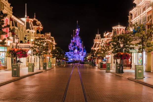 disneyland-paris-main-street-empty-halloween-bricker
